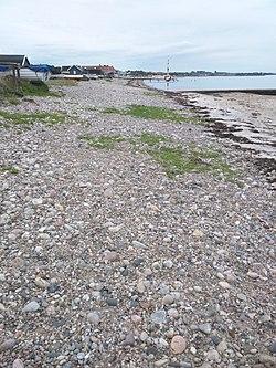 Stranden på Råå, med sten hvor havet skimtes.
