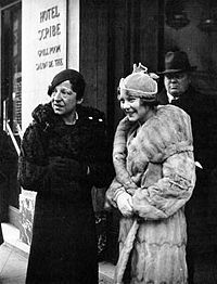 Suzanne Lenglen, Sonja Henie, 1932.jpg