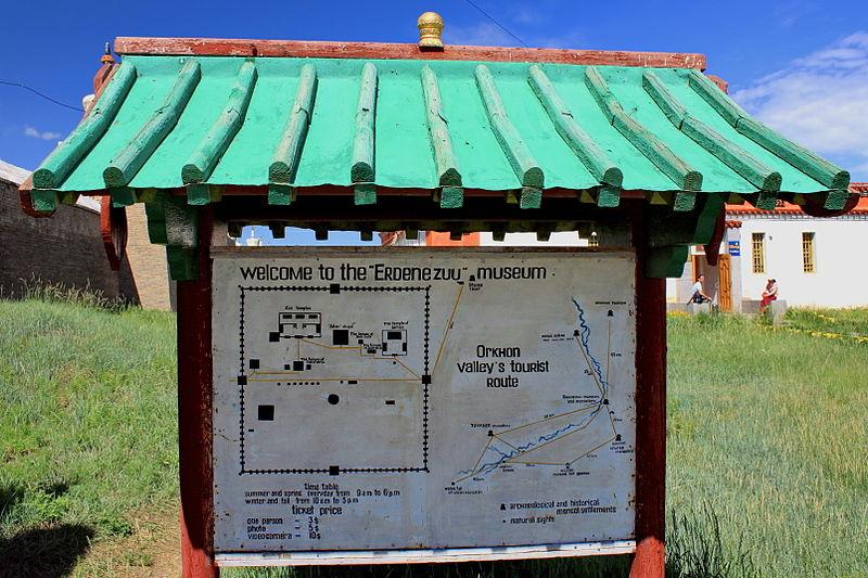 File:Tablica informacyjna w klasztorze Erdene Dzuu.jpg