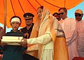 The President, Smt. Pratibha Devisingh Patil giving away woolen garments to cloudburst affected families, at Leh on September 01, 2010 (1).jpg
