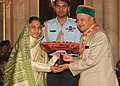 The President, Smt. Pratibha Devisingh Patil presented Silver Elephant Award of Bharat Scouts and Guides to Shri Virbhadra Singh, Union Minister of Steel, at Rashtrapati Bhavan, in New Delhi on September 23, 2009.jpg
