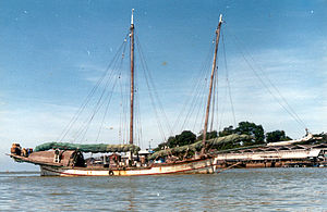 Bedar (ship) - The last big sailing bedar, Dapat, (87' LOD) anchored in Kuala Terengganu in 1980