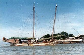 Bedar (ship) - The last big sailing bedar, Dapat, (87' LOD) anchored in Kuala Terengganu in 1980