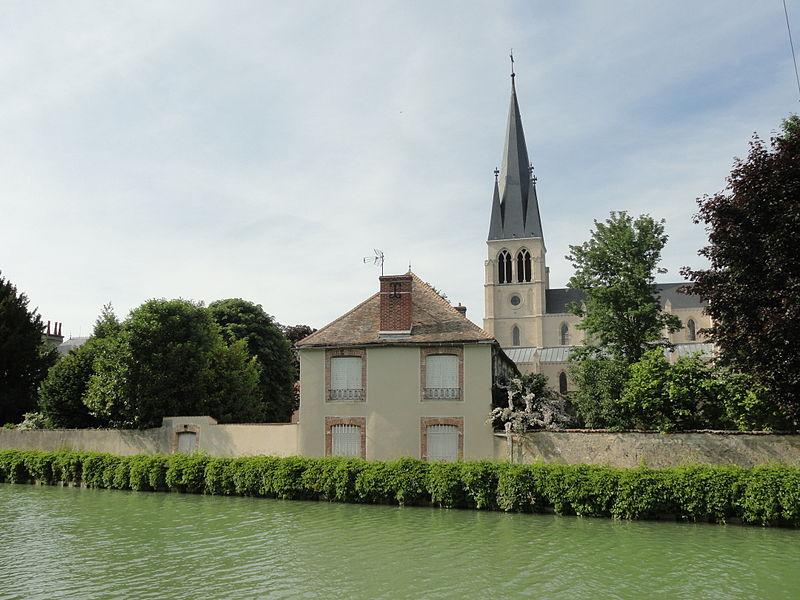 Vue de l'église de Tours-sur-Marne depuis la rive sud du canal latéral à la Marne.