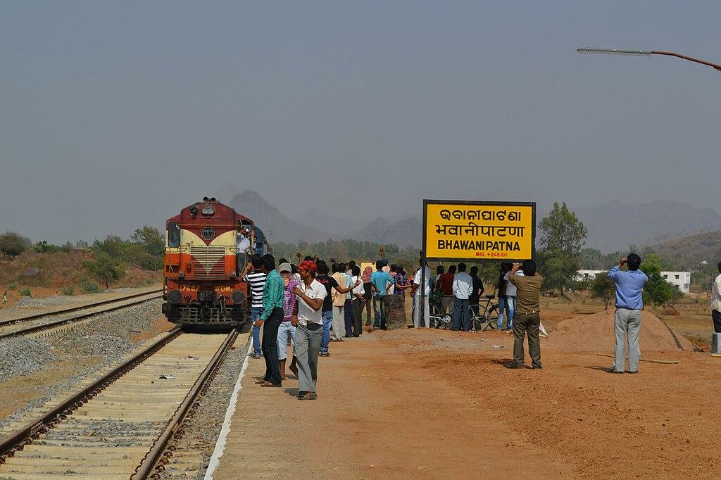 File:Train at Bhawani Patna railway station, India.jpg - Wikimedia ...