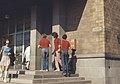 Turisteja Postitalon portailla. (hkm.HKMS000005-km0000m97b).jpg