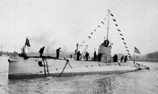 USS <i>R-7</i> (SS-84) R-class coastal and harbor defense submarine in the US navy