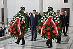 Uroczystości 8. rocznicy tragedii pod Smoleńskiem Wieńce od marszałków Sejmu i Senatu.jpg