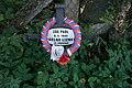 Všestary (u Říčan) - pomníček v Borové ulici, u plotu zahrady bývalé Schnöblingovy vily.jpg
