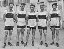 Photographie en noir et blanc montrant cinq cyclistes portant un maillot marqué VCL.