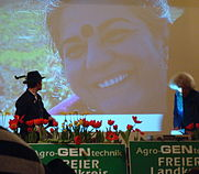 Vandana_Shiva,_Background_Projection_during_speech_at_Rosenheim,_February_16,_2009.jpg