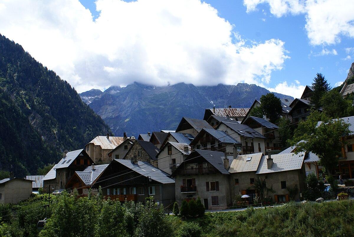 Venosc village avec le téléphérique vers les 2 Alpes.JPG