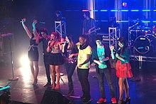 Il cast di Victorious durante una performance live