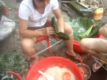 Gambar:Video of Zongzi being made in Hainan, China.webm