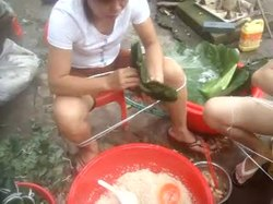 Fil:Video of Zongzi being made in Hainan, China.webm