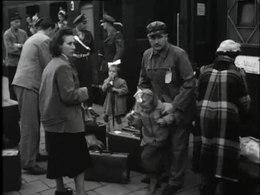 Bioscoopjournaal uit oktober 1954. Reportage over de vluchtelingen uit Triëst. Vluchtelingen uit Oost-Europa die enkele jaren in Triëst verbleven, komen per trein aan in Arnhem. Door de radio-actie Een ton voor Triëst, waarmee 2,5 ton werd ingezameld, konden gezinnen waarvan één of meer leden aan tuberculose lijden, naar Nederland komen.