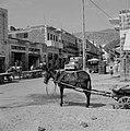 Winkels in Tiberias met daarboven woningen met balkons. Op de rijweg autoverkeer, Bestanddeelnr 255-4087.jpg
