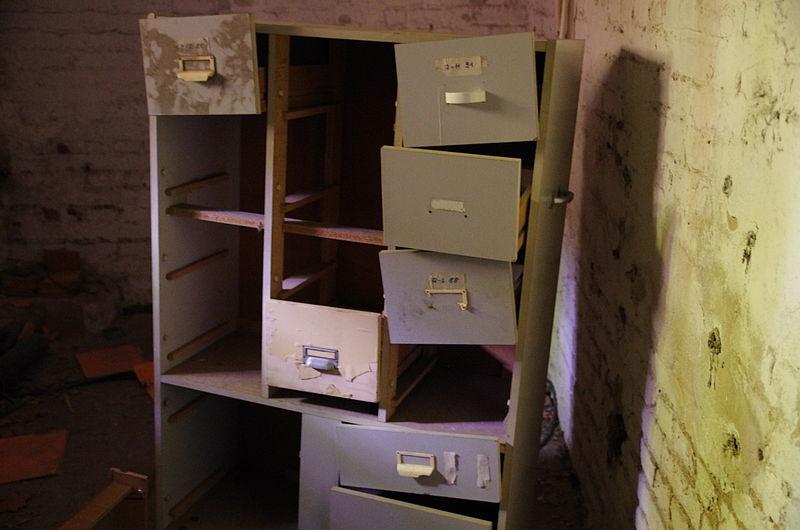File:Zurückgelassener Aktenschrank im Kellerbereich.JPG