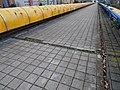 Černý Most, chodník na estakádě metra, kanálky (01).jpg
