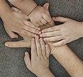 ידיים של ילדים על יד של סבתא.jpg