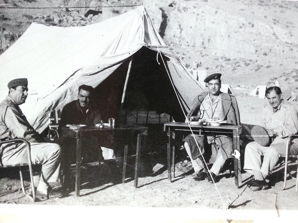 في الصورة الأولى من يمين العميد خليل جاسم (مسؤول الجتا والفرسان) جالس أمام الخيمة في حركات الشمال والشخص اللابس داكن أسود هو أبراه
