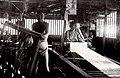 丹後ちりめん機屋の様子。車廻しと織手。(明治40年).jpg