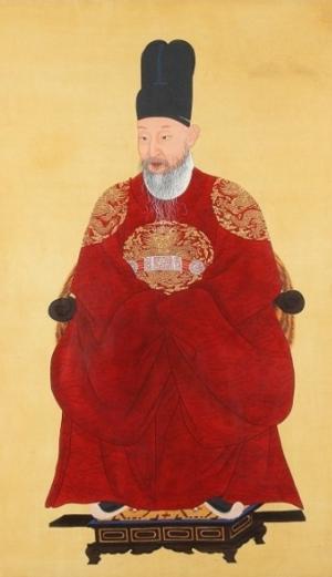 Yeongjo of Joseon - Image: 영조 어진 (전신상 복원본)