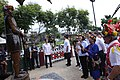 09.17 總統參訪臺東「普悠瑪部落」,並在耆老的介紹下,向卑南王雕像敬酒致意 (36439635214).jpg