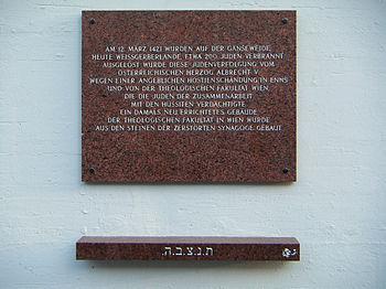"""Emléktábla a """"Wiener Gesera"""" -hoz a volt kivégzőhely közelében, a Gänseweide-n"""