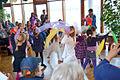Altenzentrum Karl Flor, Familienkonferenz Wettbergen, (038) Kinder führen unter Anleitung einen bunten Schleiertanz vor.jpg