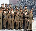 Armáda pózující u památníku Kim Ir-sena - panoramio.jpg