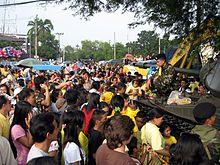 Bangkok, 24 settembre 2006, dimostranti dell'APD fraternizzano con l'esercito poco dopo il colpo di Stato