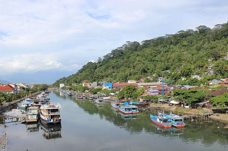 Batang Arau yang melintasi Kota Padang dan bermuara di Samudera Indonesia, dipotret dari atas Jembatan Sitti Nurbaya.