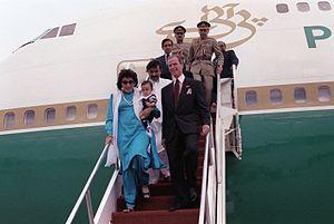 Asif Ali Zardari - Zardari, Benazir Bhutto, and baby Bilawal in a state visit to Andrews Air Force Base in 1989