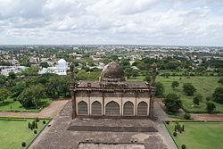 Blick auf Vijayapura vom Gol Gumbaz