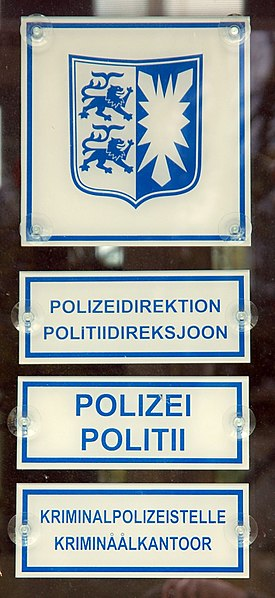 Bestand:Bilingual signs German-Frisian, police station Husum, Germany 0892.JPG