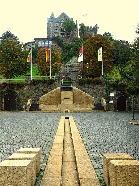 File:Bingen – die Burg Klopp ist Teil des UNESCO-Welterbes Oberes Mittelrheintal - panoramio.jpg