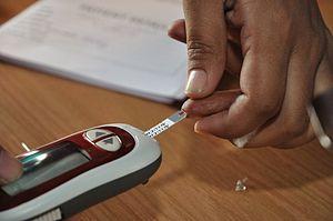 English: Blood glucose testing by blood glucos...