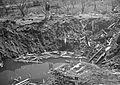 Bombekrater i boligområdet på Valløy - Vallo krater med dame.jpg