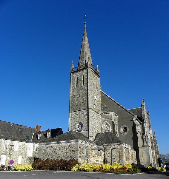 Sacristie, clocher et chevet de l'église Saint-Pierre de Bourgon (53). Église non orientée.