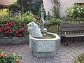 Brunnen mit steinerner Milchkanne - panoramio.jpg