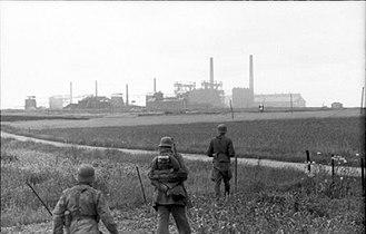 Operation Goodwood - Image: Bundesarchiv Bild 101I 721 0353 27A, Collombelles, Soldaten auf Feld vor Fabrik