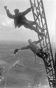 220px Bundesarchiv Bild 102 08325%2C K%C3%B6nigs Wusterhausen%2C Arbeiter auf Sendeturm