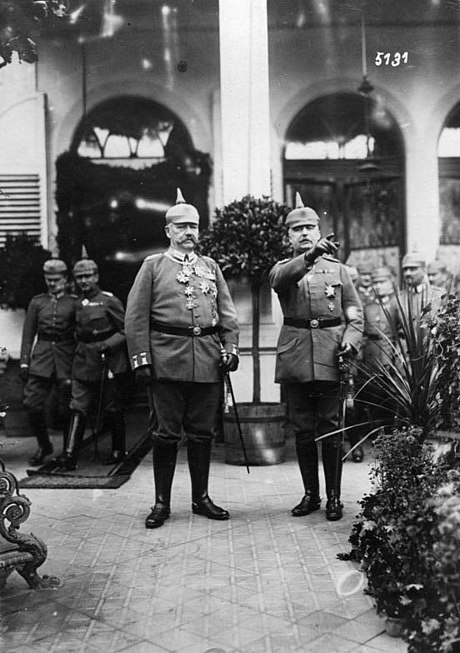 Hindenburg and Ludendorff (pointing), 1917 Bundesarchiv Bild 146-1987-127-09A, Paul von Hindenburg, Erich Ludendorff.jpg