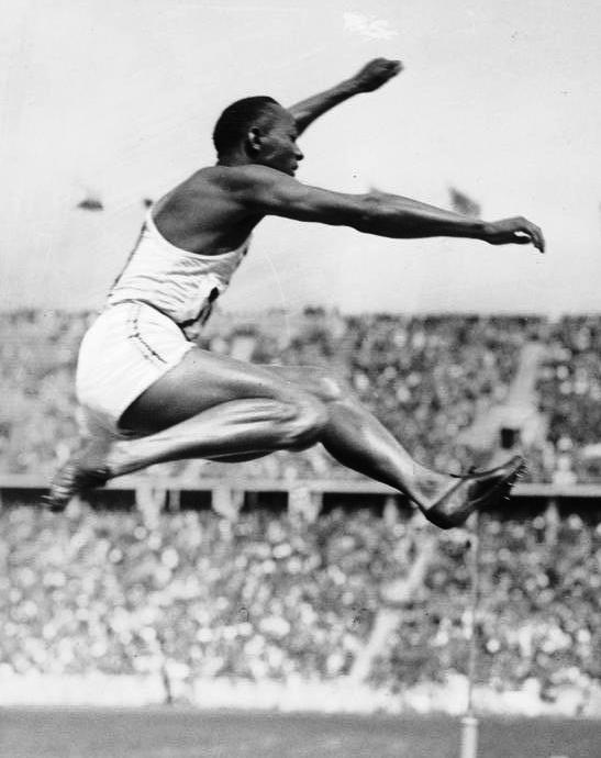 Bundesarchiv Bild 183-R96374, Berlin, Olympiade, Jesse Owens beim Weitsprung crop