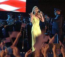 "Dion estas kantanta ""God Bless America"" en la jaro 2003"