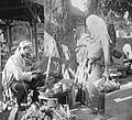 COLLECTIE TROPENMUSEUM Verkoop van kokosnoten en andere vruchten op de markt te Rungkut Java TMnr 10001918.jpg