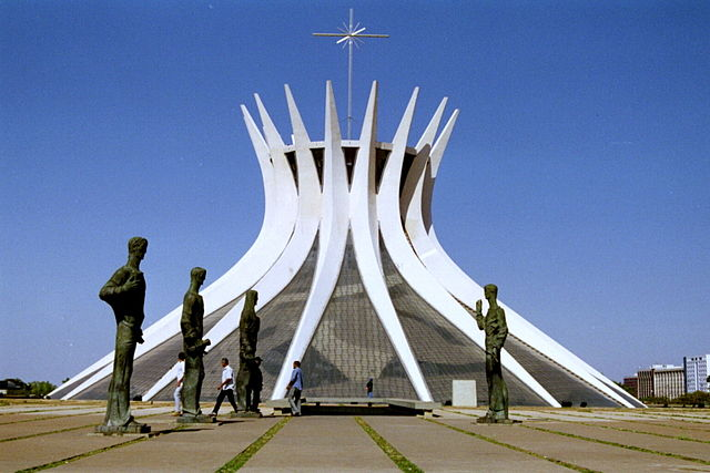 Catedral metropol Brasilia Bgabel at wikivoyage shared [GFDL (http://www.gnu.org/copyleft/fdl.html) or CC-BY-SA-3.0-2.5-2.0-1.0 (http://creativecommons.org/licenses/by-sa/3.0)], via Wikimedia Commons