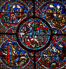 Fenster (um 1210) in der Kathedrale von Chartres: Pferdekarren mit einem Weinfass (Bildmitte)