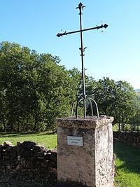 Croix en fer forgé sur socle de pierre.JPG